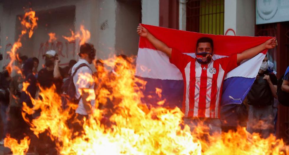Un manifestante sostiene una bandera de Paraguay durante una protesta después de que los legisladores de la oposición perdieran un intento de destituir al presidente Mario Abdo por el manejo de la pandemia del coronavirus COVID-19. (Foto: Reuters / Cesar Olmedo)