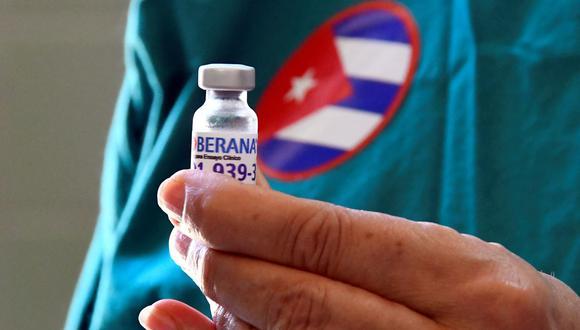 La enfermera Xiomara Rodríguez muestra un frasco de la vacuna candidata cubana Soberana 2 para ser administrado a un voluntario durante su Fase III de prueba en La Habana, Cuba. (Foto de Joaquín Hernández / AFP).