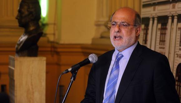 Daniel Abugattás demandará al Congreso por suspenderlo 120 días