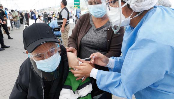 El Ministerio de Salud anunció que la vacunación de las personas mayores de 70 años en Lima y Callao iniciará el viernes 30 de abril | Foto: Minsa / Referencial