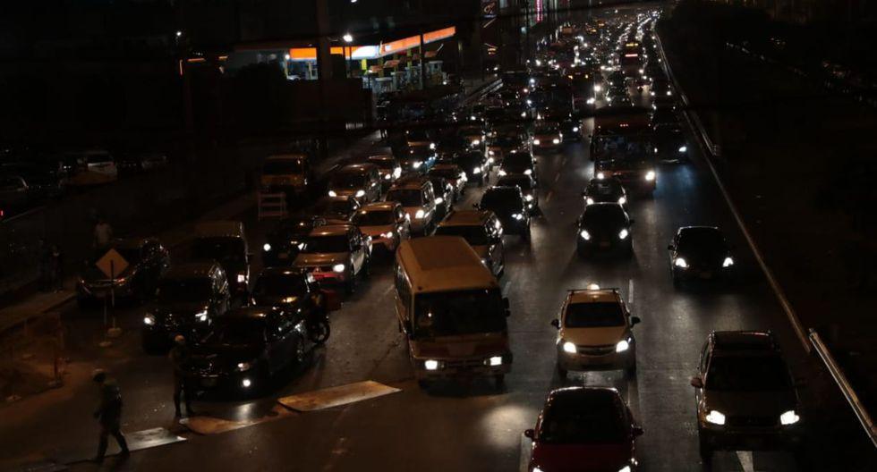 La Policía de Tránsito pidió paciencia y agregó que todos los agentes se encuentran en los puntos críticos. (Foto: Hugo Pérez / El Comercio)