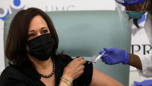 """""""Quiero animar a todo el mundo a ponerse la vacuna, es relativamente indoloro, es realmente rápido, es seguro"""", dijo Kamala Harris. (Foto: Reuters)"""