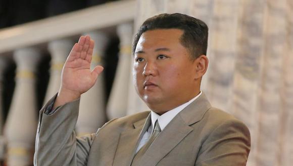 El líder de Corea del Norte, Kim Jong-un asiste a un desfile paramilitar celebrado para conmemorar el 73 aniversario de la fundación de la república en la plaza Kim Il Sung en Pyongyang. (Foto: KCNA/ REUTERS).
