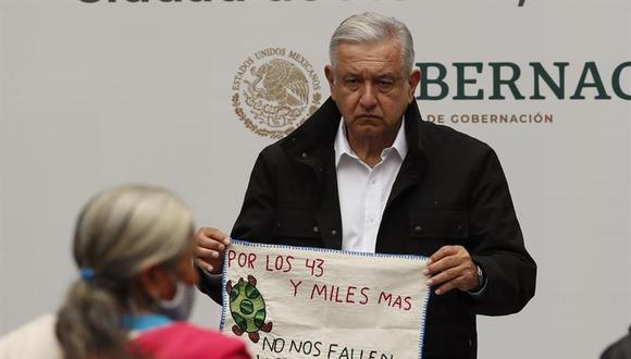 El presidente Andrés Manuel López Obrador escucha a los padres de los 43 estudiantes desaparecidos de Ayotzinapa, durante una reunión en Palacio Nacional, en Ciudad de México. (EFE/José Méndez).