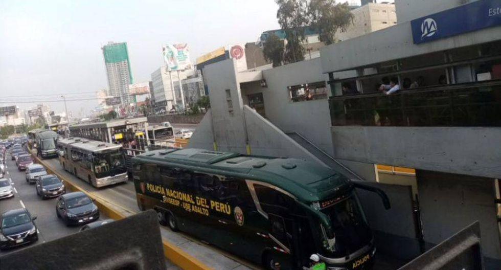 Bus de la PNP invade vía exclusiva y provoca gran congestión a la altura de estación Javier Prado(Captura: Canal N)