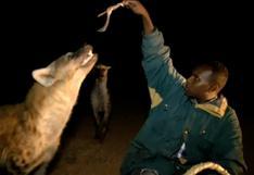 Etiopía: Conoce a los hombres que alimentan y abrazan a las hienas salvajes [VIDEO]