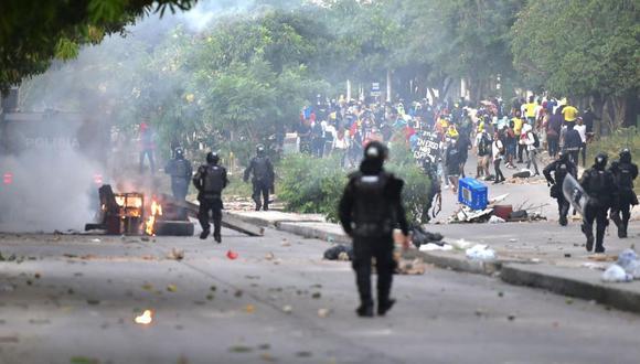 Media hora antes del partido entre Colombia y Argentina comenzaron los enfrentamientos entre centenares de ciudadanos y agentes policiales, los mismos que se han prolongado hasta al menos las 7:20 de la noche. (Foto: Luis Robayo / AFP)