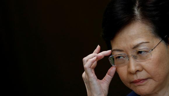 """Carrie Lam defendió que la policía de Hong Kong se enfrentaba a una """"circunstancias extremadamente difíciles"""" y se regía por """"unas rígidas y rigurosas directrices sobre el uso apropiado de la fuerza"""". (Reuters)"""