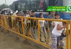 Peatones imprudentes caminan por pista de puente Primavera