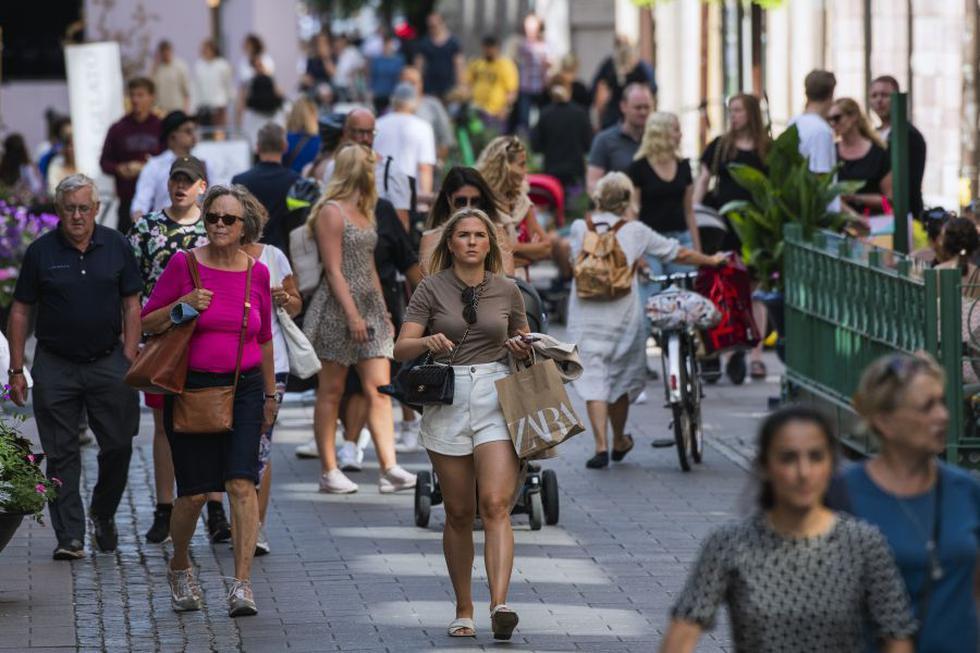 La gente camina en Estocolmo, Suecia, el 27 de julio de 2020, durante la pandemia del nuevo coronavirus COVID-19 y sin  llevar mascarillas de forma obligatoria. (Foto: Jonathan NACKSTRAND / AFP).