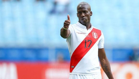 Luis Advíncula sale al Defensores del Chaco como capitán de la selección peruana