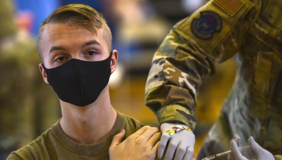 Un militar estadounidense recibe la vacuna contra el coronavirus. Foto suministrada el 9 de febrero del 2021 por el Departamento de Defensa de EE.UU. (Sargento Anthony Nelson Jr./Departmento de Defensa de EEUU, via AP).