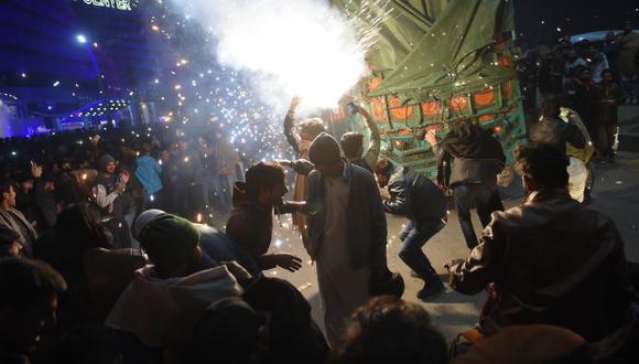 Los jóvenes paquistaníes disfrutan de la exhibición de fuegos artificiales durante las celebraciones de Año Nuevo en Rawalpindi. (Foto referencial: AFP)