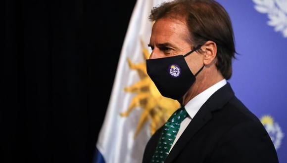 El presidente de Uruguay Luis Lacalle Pou, ofrece una conferencia de prensa para anunciar las medidas destinadas a frenar los contagios de coronavirus. (Foto: EFE/ Raúl Martínez).