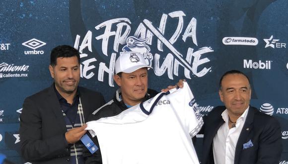 Juan Reynoso exhibiendo una camiseta especial que lleva su nombre. (Foto: Puebla FC)