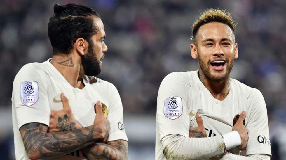 Dani Alves y Neymar son compañeros en PSG desde la temporada 2017-18. (Foto: AFP)