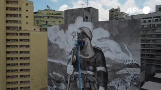 Un mural con cenizas de los incendios amazónicos contra la destrucción ambiental en Brasil