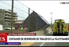 Container se desprende de tráiler y provoca caída de torre de alumbrado en la Vía Evitamiento