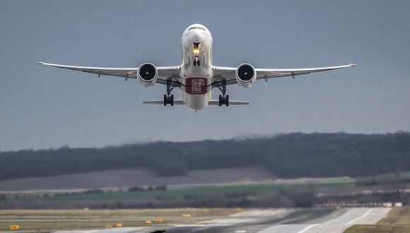 Cuando ocurre una emergencia en pleno vuelo, el piloto tiene que seleccionar un destino de aterrizaje tomando en cuenta los vientos cambiantes, la ruta terrestre, etc. (Foto Pixabay)