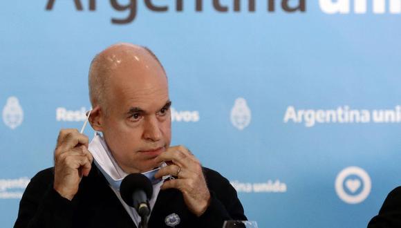 El Jefe de Gobierno de la Ciudad Autónoma de Buenos Aires, Horacio Rodríguez Larreta, se quita la mascarilla durante una conferencia de prensa en la Residencia Olivos en Olivos, al norte de Buenos Aires, el 23 de mayo de 2020. (Alejandro PAGNI / AFP).