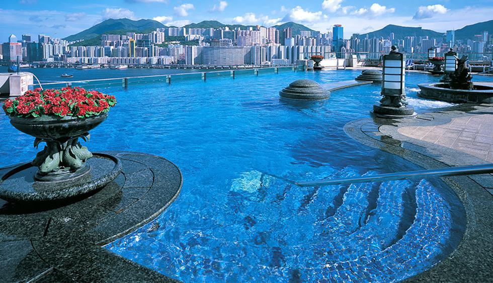 El hotel Harbour Grand Kowloon goza de una de las mejores ubicaciones de Hong Kong. Posee una increíble piscina infinita, de forma curva y con toques clásicos, que se conecta visualmente con el paseo marítimo de Kowloon. (Foto: Harbour Grand Kowloon)