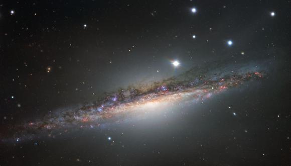 Una galaxia es un conjunto de estrellas, nubes de gas, planetas, polvo cósmico, materia oscura y energía unidos gravitatoriamente en una estructura más o menos definida. (Foto: Referencial AFP)