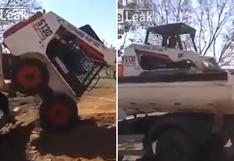 No necesita ayuda para subir una excavadora a un camión [VIDEO]