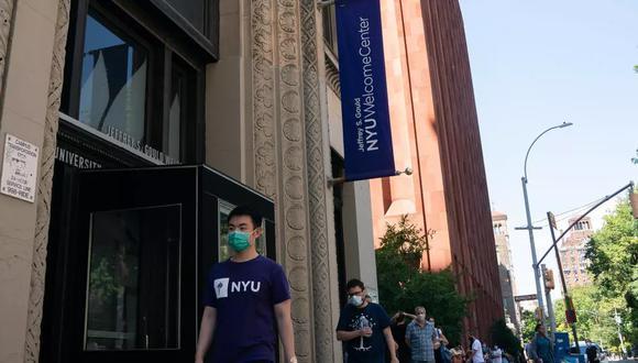 Imagen referencial. Estudiantes de la Universidad de Nueva York esperan en fila para hacerse un test de diagnóstico del coronavirus antes del regreso a clases para el semestre de otoño boreal. (Foto: AFP)
