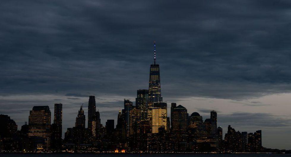 El World Trade Center se iluminó de rojo, azul y blanco por incendio en la catedral de Notre Dame. (AFP)