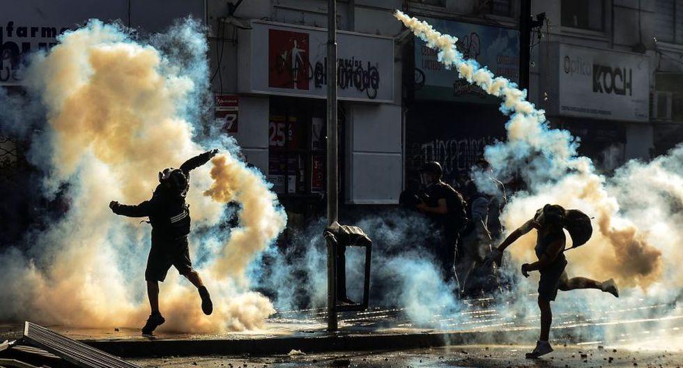 Armados con piedras, palos y bombas molotov, miles de manifestantes, intentaron protestar en el ingreso a la Quinta Vergara, un parque el que desde hace 61 años se realiza este festival en el balneario de Viña del Mar (unos 120 km al oeste de Santiago). (Foto: AFP)
