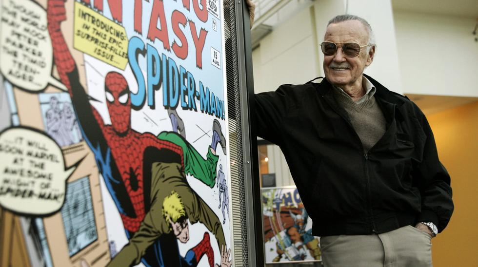 2006, el creador de cómics Stan Lee se encuentra al lado de algunos de sus dibujos en la Exposición Científica de Marvel Super Heroes en el California Science Center en Los Ángeles. (Foto:Agencias)