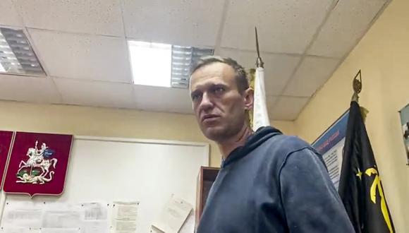 Alexei Navalny espera en la estación de policía a que la corte lo reciba, en Moscú, Rusia.  (@Kira_Yarmysh via AP)