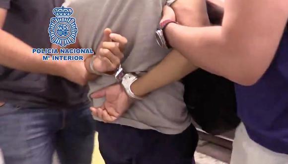 Un video de la policía española muestra el arresto de un hombre de 53 años que está acusado de filmar bajo las faldas y los vestidos de cientos de mujeres en Madrid. (Foto:Captura de video de la  Policía Nacional M° Interior).