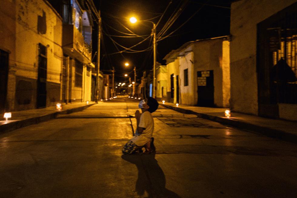 La fotografía de este niño rezando por el final del coronavirus, buscando un refugio, se ha hecho viral en Facebook e Instagram. (Foto: Claudia Alejandra Mora Abanto)