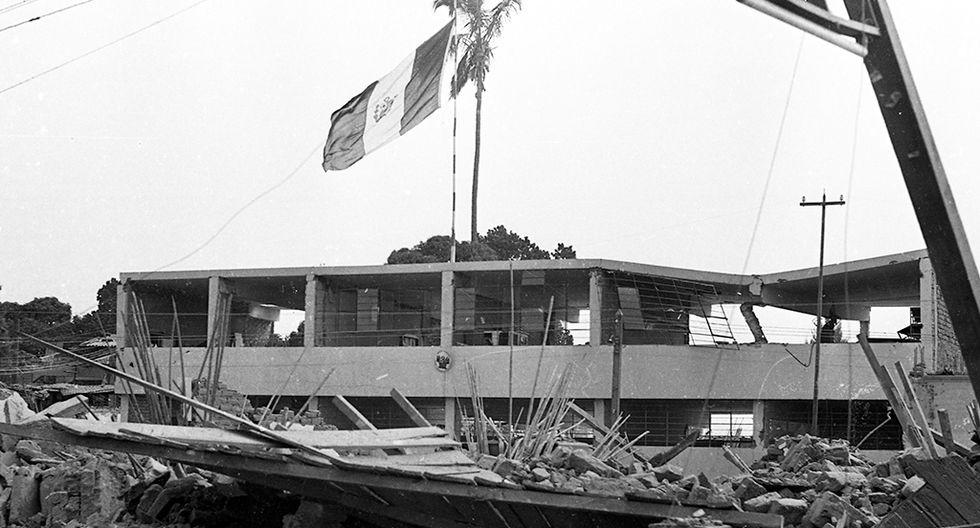 """""""Lo que se aprecia en este pueblo es aterrador"""". Esas fueron las primeras impresiones del periodista Javier Ascue al llegar a Caraz con el reportero gráfico José Michilot. La labor de nuestros periodistas quedó inmortalizada en las historias y fotografías que documentan los días posteriores al sismo de 1970. Foto: Archivo Histórico El Comercio"""
