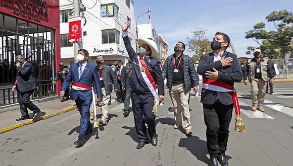 El presidente Pedro Castillo y el ministro Guido Bellido saludan a algunas personas el pasado 28 de agosto en Tacna. (Foto: Presidencia Perú).