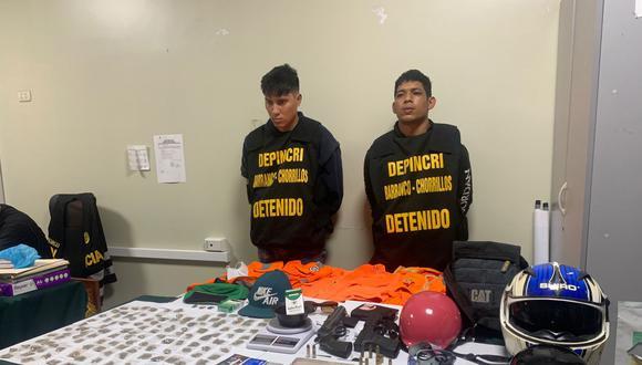José Moreno López (izquierda) y Wladimir Camejo Quijada son señalados de cometer distintos robos a mano armada en el distrito de Chorrillos a bordo de una moto lineal. Se les incautó dos armas de fuego con el número de serie ilegible.