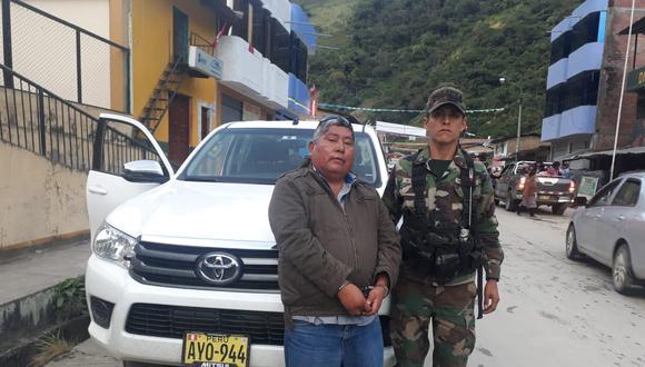 'Jarachupa' fue arrestado a bordo de la camioneta blanca que aparece en la fotografía. Llevaba una pistola calibre 380, un puñal y juego de grilletes de seguridad. (Foto: PNP)