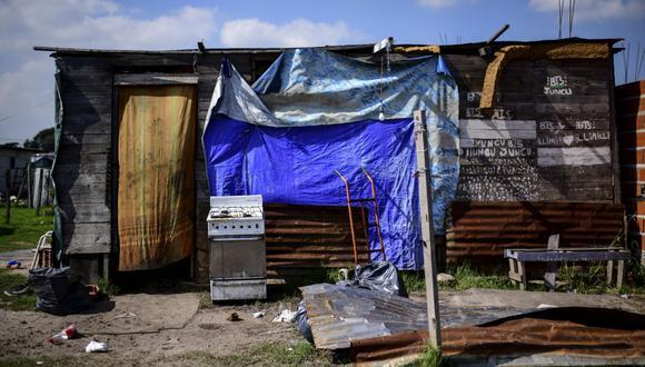 Una vivienda hecha con láminas de metal en el barrio 28 de Octubre, en el municipio de La Matanza, en Buenos Aires, Argentina. (Foto de Ronaldo SCHEMIDT / AFP).