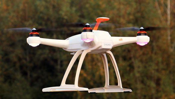 Un dron que volaba en baja altitud fue atacado por un enorme pez que emergió del agua. (Foto: Pixabay / referencial)