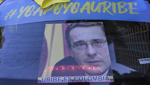 """Una pancarta que dice """"Yo apoyo a Uribe"""" se exhibe durante una manifestación en Medellín el 10 de octubre de 2020. (Foto de JOAQUIN SARMIENTO / AFP)."""