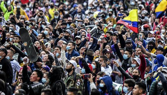 La gente participa en una protesta contra un proyecto de reforma tributaria lanzado por el presidente de Colombia Iván Duque. (Foto de Juan BARRETO / AFP).