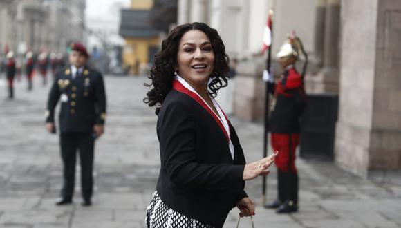 Cecilia Chacón, congresista de Fuerza Popular, saludando a la prens a su llegada a la misa por 28 de julio.(Foto: Renzo Salazar / GEC)