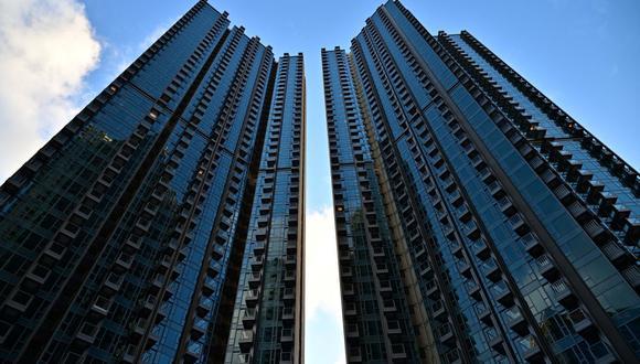 El complejo de edificios residenciales Grand Central en Hong Kong, donde se sorteará un departamento de un dormitorio de 1,4 millones dólares entre las personas vacunadas contra el coronavirus. (Foto de Anthony WALLACE / AFP).