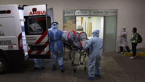 Coronavirus en México | Ultimas noticias | Último minuto: reporte de infectados y muertos domingo 31 de mayo del 2020 | Covid-19 | Los paramédicos en trajes traen a Jovany Fragoso, de 36 años, dentro de una unidad de biocontención de pacientes o cápsula de aislamiento al Hospital General Balbuena en la Ciudad de México. (Foto AP / Marco Ugarte)