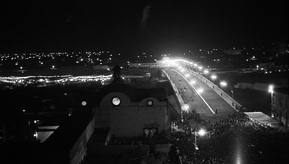 Espectacular vista de la inauguración nocturna del Puente Santa Rosa, construido en concreto armado y dotado de una iluminación con luz blanca mercurial. (Foto: GEC Archivo Histórico)