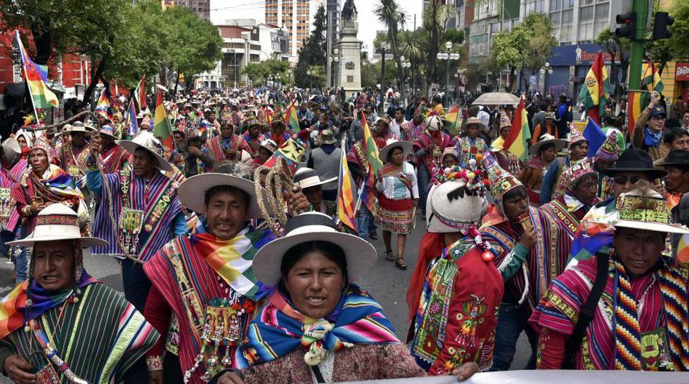 Banderas, peinados, vestimenta: la batalla de símbolos visuales en Bolivia.(Foto: AFP).