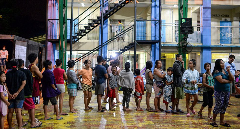 Residents displaced by flash floods caused by monsoon rains queue for relief goods at an evacuation center in Marikina, Metro Manila, in Philippines, August 13, 2018. REUTERS/Eloisa Lopez