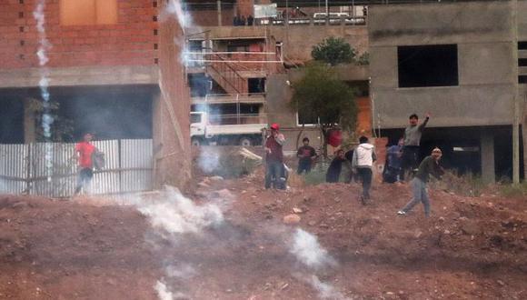 Un grupo de vecinos de K'ara K'ara retuvo a nueve militares y al alcalde interino de Cochabamba, Iván Tellería, tras un operativo militar y policial para escoltar a carros basureros, en el que se reportan varios heridos. (EFE)