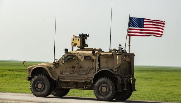 Las fuerzas de Estados Unidos patrullan la autopista M4 entre la ciudad de mayoría kurda de Qamishli y la ciudad de Hasakeh en el noreste de Siria el 17 de marzo de 2020 (Foto: Delil SOULEIMAN / AFP).